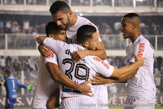 Jogadores do Santos comemoram gol marcado diante do Palmeiras, na vitória do Peixe por 1 a 0, em partida válida pelo Brasileirão 2017