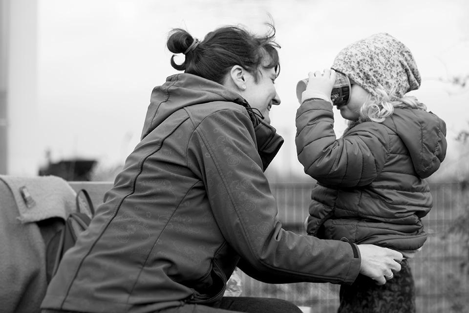 Portrait eines Kindes und der Mama auf dem Spielplatz aufgenommen von Blickwinkel Fotografie Vanessa von Wieding in Emmerthal bei Hameln