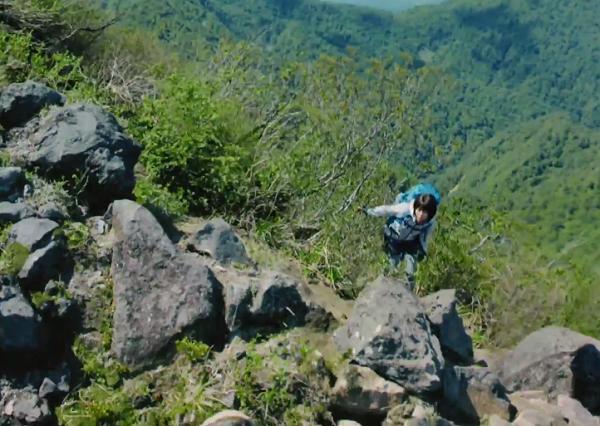 急峻な山道を歩き続けた宇多田ヒカル、森を抜け、いよいよ頂上付近へ。