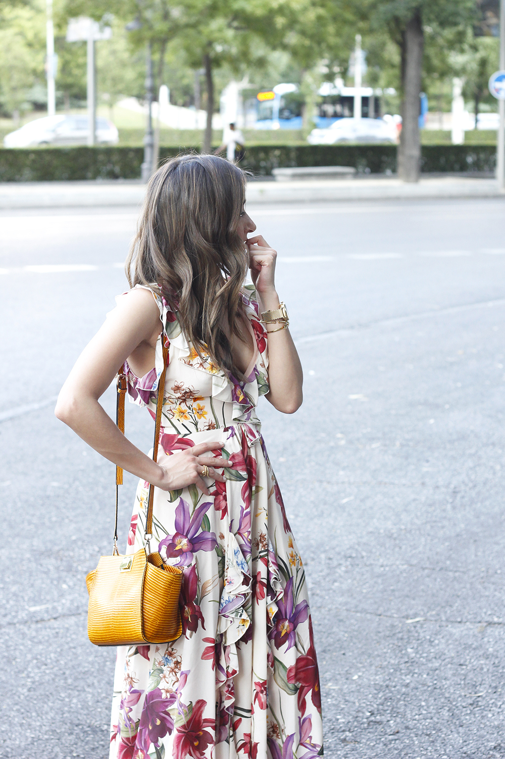 Maxi flower dress uterqüe mustard bag heels summer outfit style05