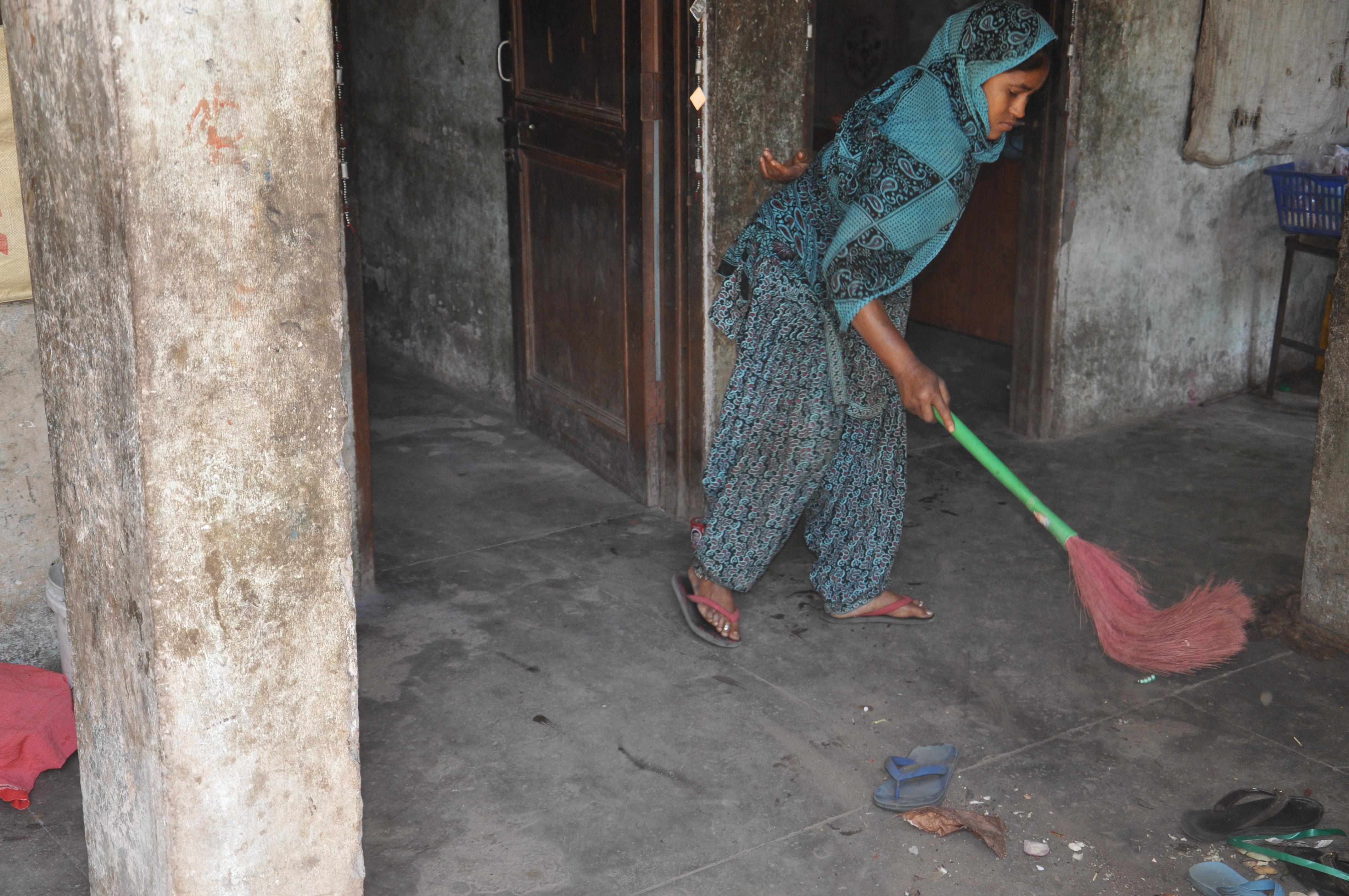घर की सफाई करते हुए कुसुम |