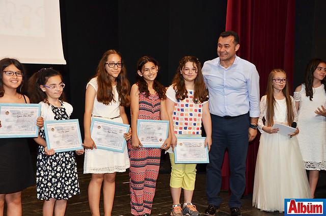 Alanya Belediye Başkanı Adem Murat Yücel öğrencilere teşekkür belgesi verdi.