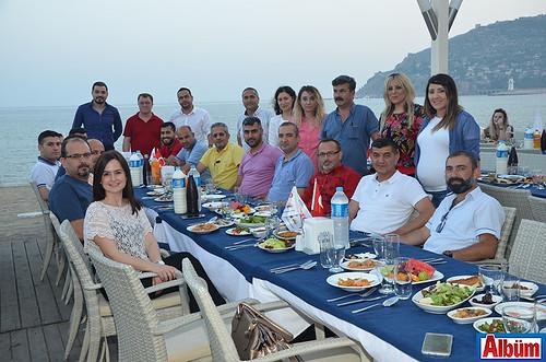ANSAD Yönetim Kurulu ve derneğin Alanya'daki üyeleri ALbüm için poz verdi.