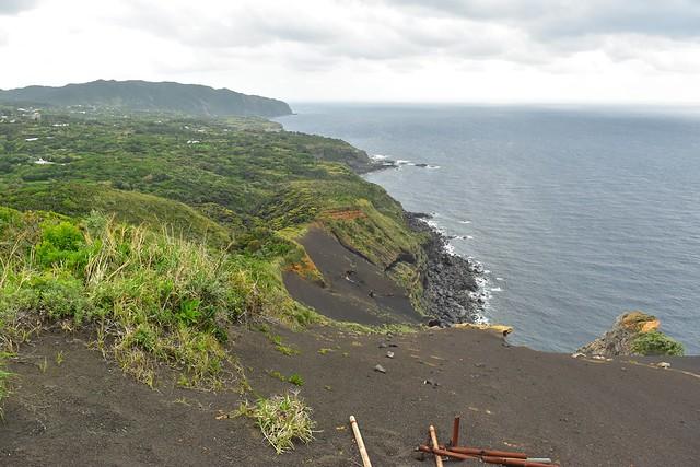 八丈島・黒砂砂丘と海岸線