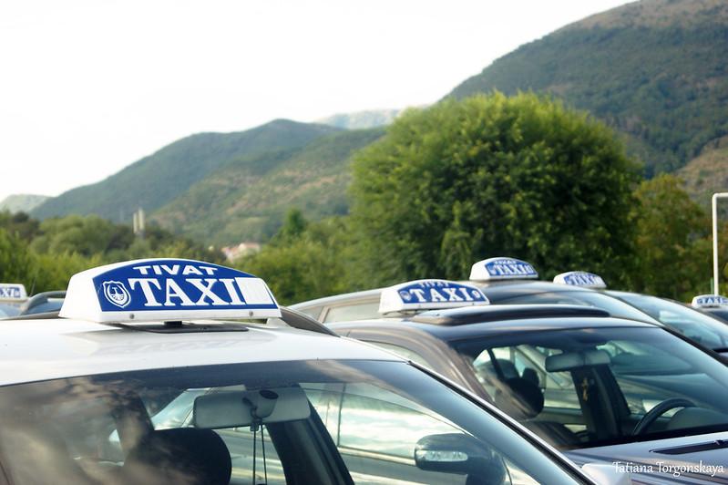 Машины такси возле тиватского аэропорта