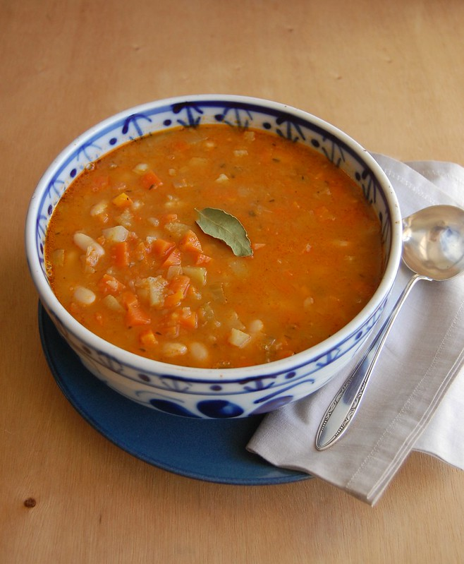 Chayote, carrot and white bean soup / Sopa de chuchu, cenoura e feijão branco