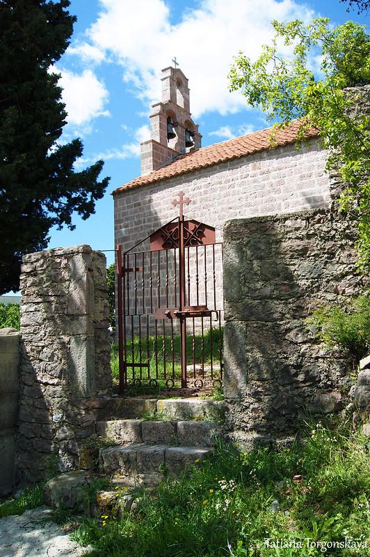 Вход на территорию церкви  Св. Фомы
