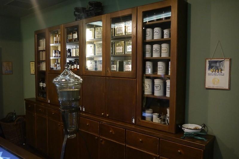 Interior de la farmacia del águila