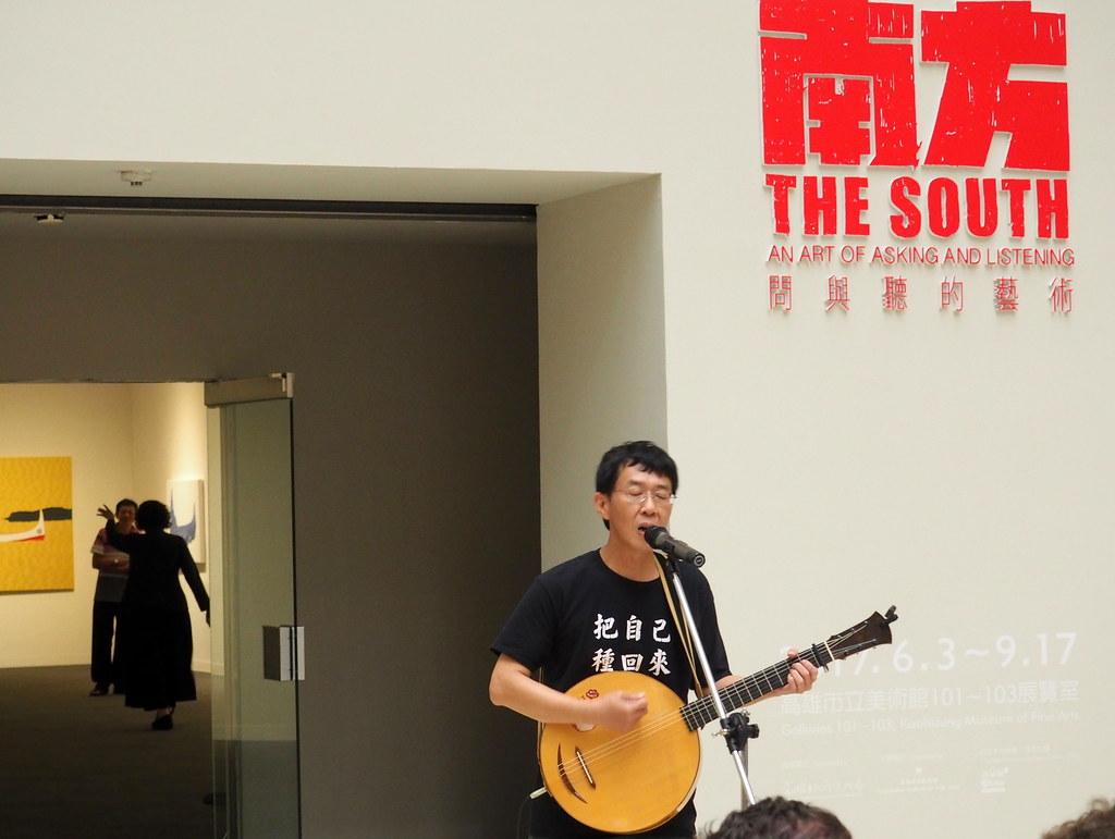 林生祥在開展現場演場作品「問南方」。攝影:李育琴