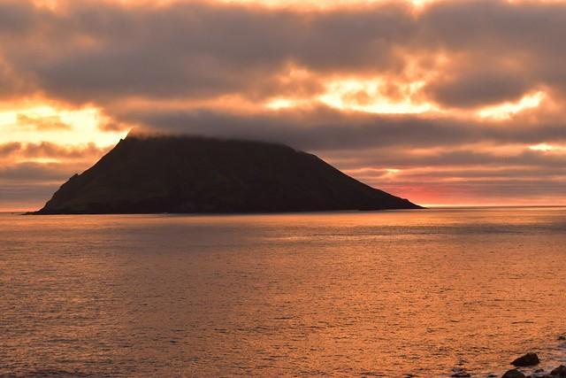 八丈島・南原千畳岩海岸からの夕焼けと八丈小島