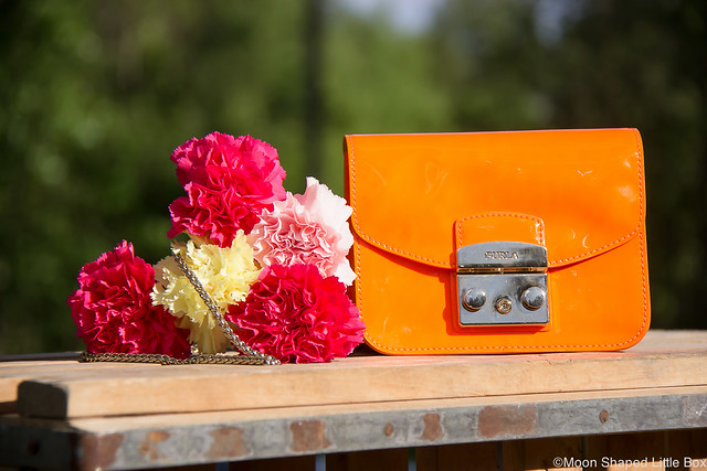 Viisi Laukkua Joka Tilanteeseen Laukku Vinkit Nahkalaukut Furla Metropolis neon oranssi kiiltonahka kiiltonahkainen laukku laadukkaat laukut