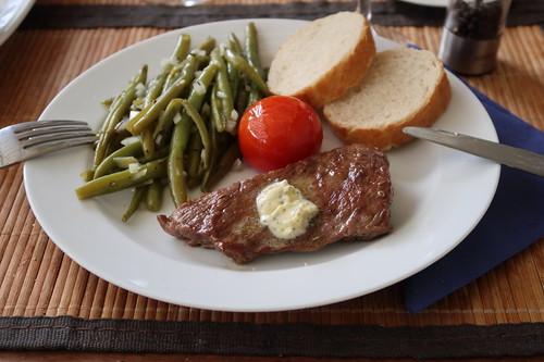 Gegrilltes Flanksteak mit Salbeibutter, Bohnensalat, heißer Tomate und Baguette (2. Teller)