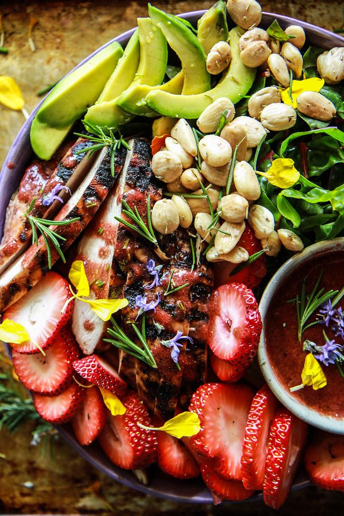 来自HeatherChristo.com网站的草莓迷迭香培根香鸡肉和甜菜沙拉