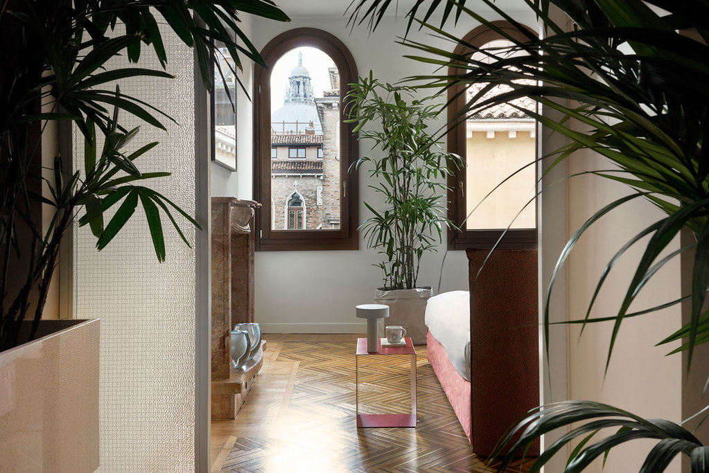 Modern floral design apartment in the heart of Venice Sundeno_05