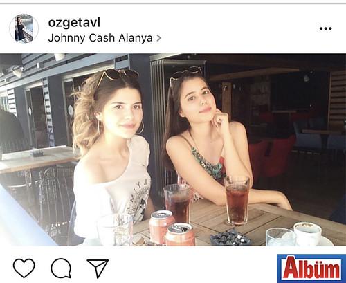 Özge Tavlı, yakın dostu Beyda Aypak ile Johnny Cash Alanya'dan bu fotoğrafı paylaştı.