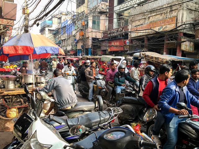 Very crowded street in Chawri bazaar, Old Delhi, India オールド・デリー チャウリバザールの渋滞