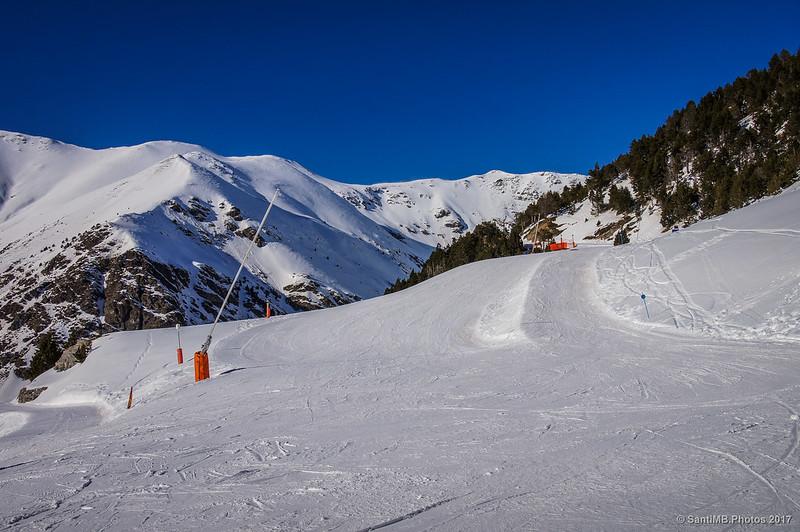 Pistas de la estación de esquí de Núria desde el albergue del Pic de lÀliga