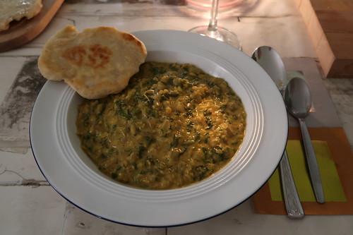 Indisch anmutendes Spinat-Linsen-Gericht mit Fladenbrot