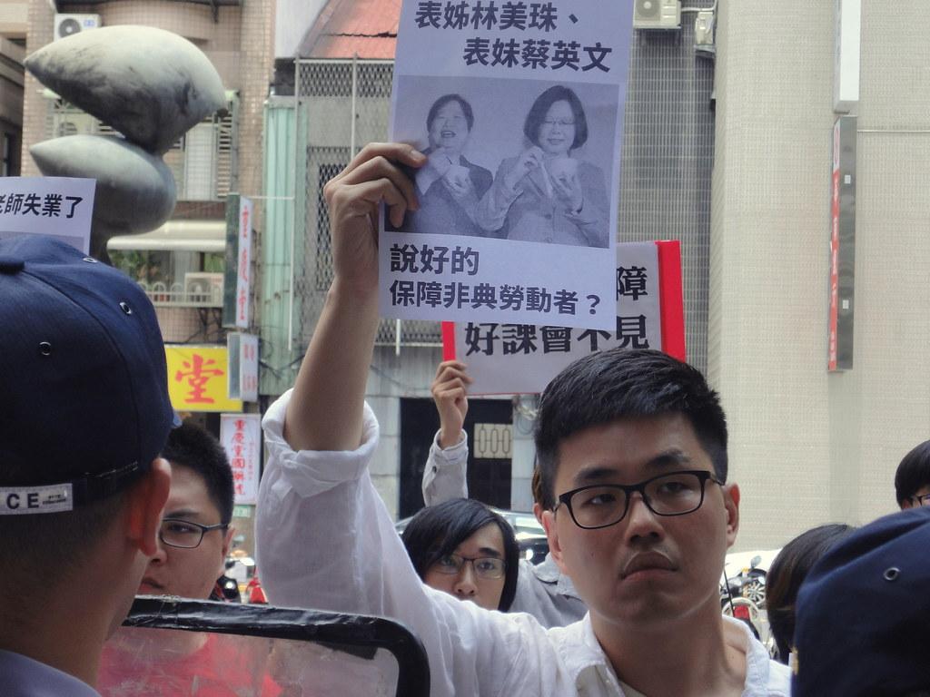 近日收到不續聘通知的世新兼任教師郭耀中抗議勞動部未將兼任教師納入《勞基法》保障。(攝影:張智琦)