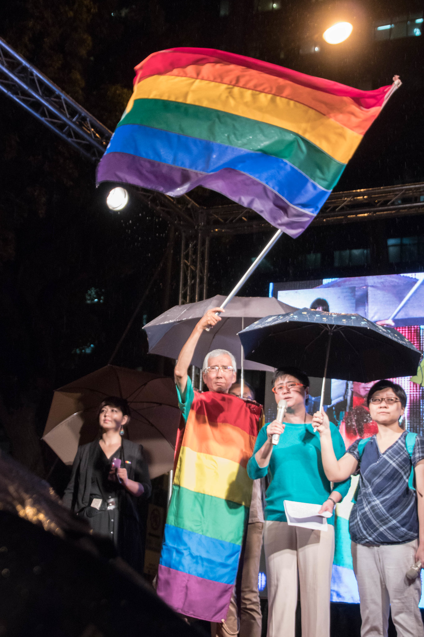 祈家威揮舞彩虹旗
