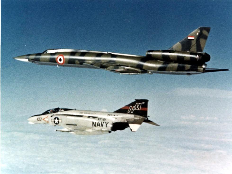 Un F-4N norteamericano intercepta un Tu-22 Blinder libio en 1977