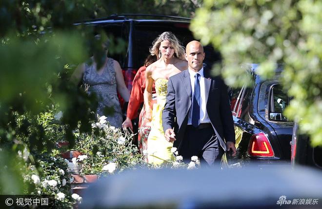 Các vị khách được đưa đến lễ cưới