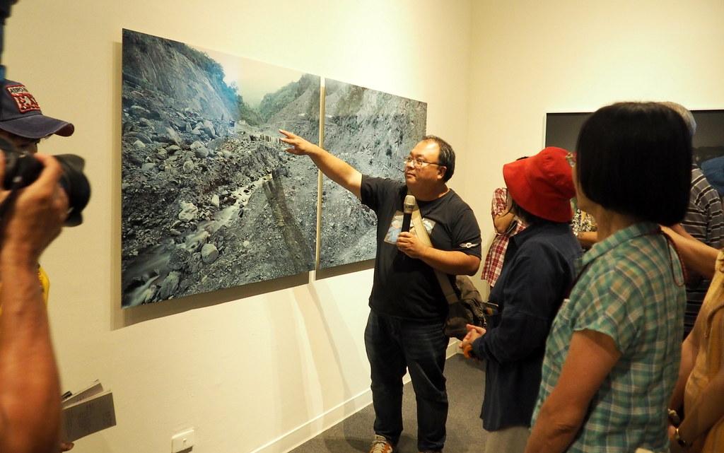 陳伯義拍攝莫拉克風災後的災難現場,凸顯台灣一次次工程介入自然的徒勞。攝影:李育琴
