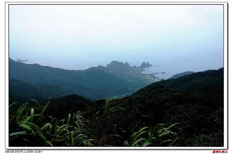 紅頭山頂向東俯瞰東清灣情人洞、軍艦岩(左上)