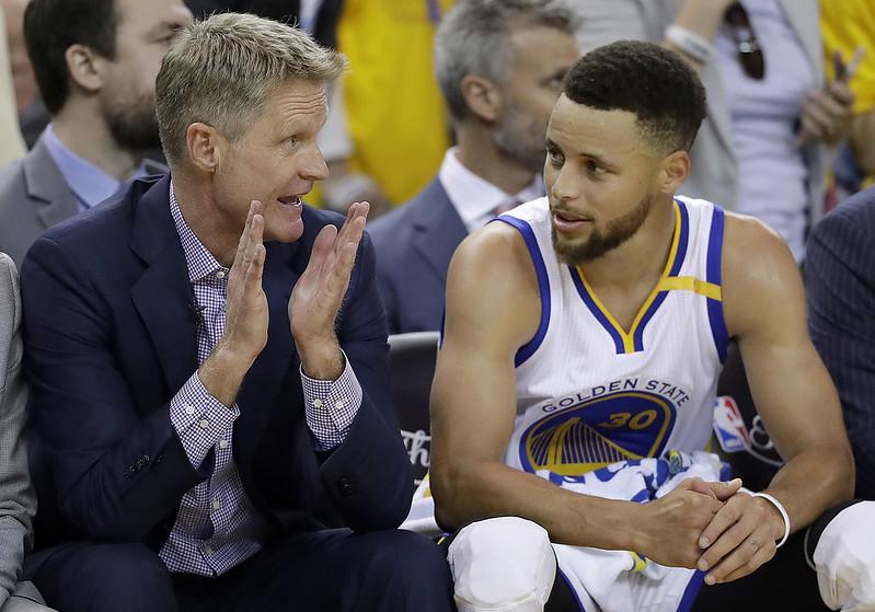 球季才剛開始,所以Stephen Curry(圖右)會在康復後才歸隊。(達志影像資料照)