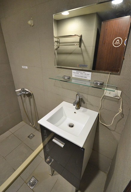 ximen corner hostel en-suite bathroom