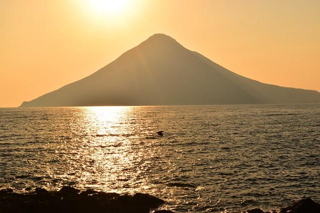 長崎鼻からの夕陽と開聞岳