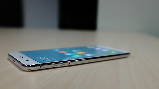 Sisi kanan Xiaomi Mi 6