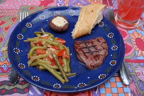 Rumpsteak (vom Frecklinghof) mit Bohnen-Tomaten-Salat, gefülltem Champignon und Baguette