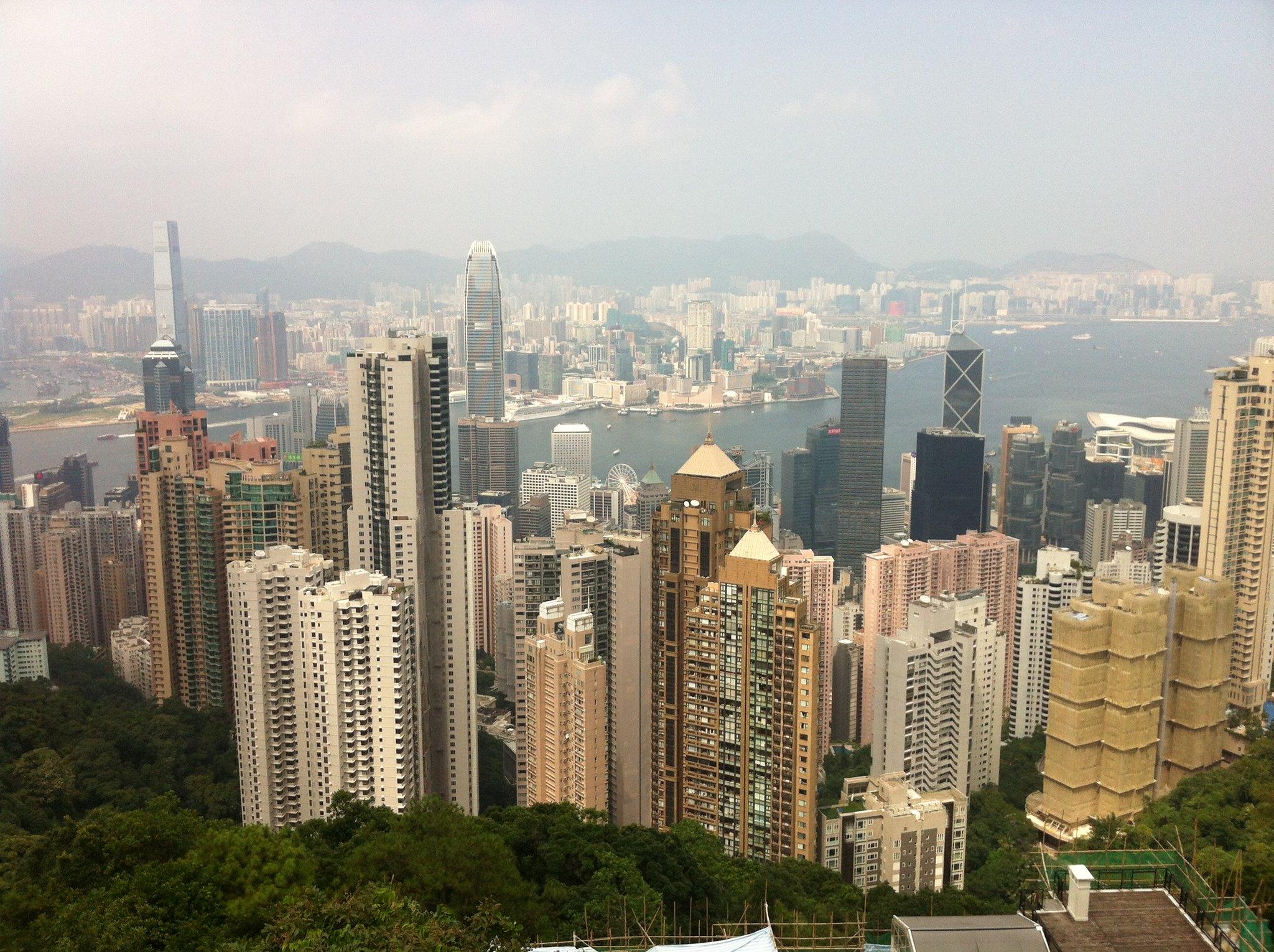 香港的高檔住宅與商業大廈。貧富懸殊是金融中心的必然現象。(資料照片;攝影:張智琦)