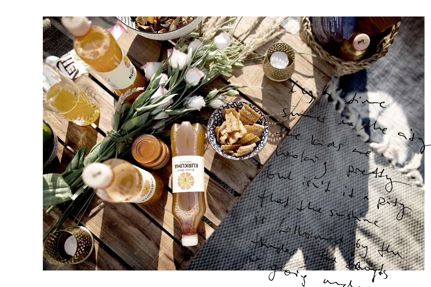 carpe diem kombucha kurkuma picknick summer beach getaway moroccan marokkanisch design style friends chill relax kettle chips food snack lifestyle lifestyleblogger fashionblogger modeblog düsseldorf cats & dogs ricarda schernus max bechmann 3