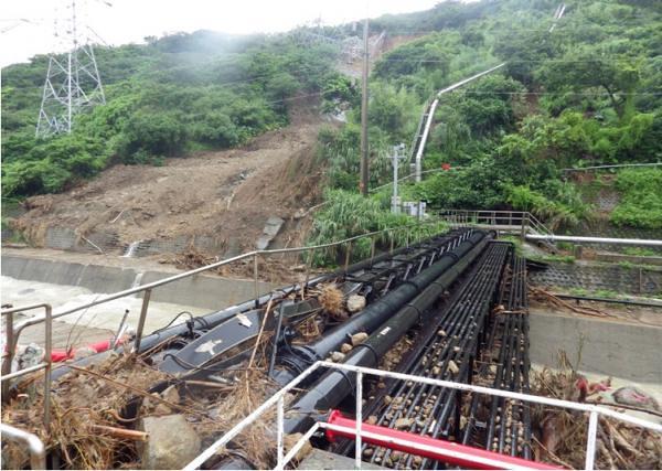乾華溪對岸,山坡土石崩落,電塔倒塌。攝影:蔡雅瀅