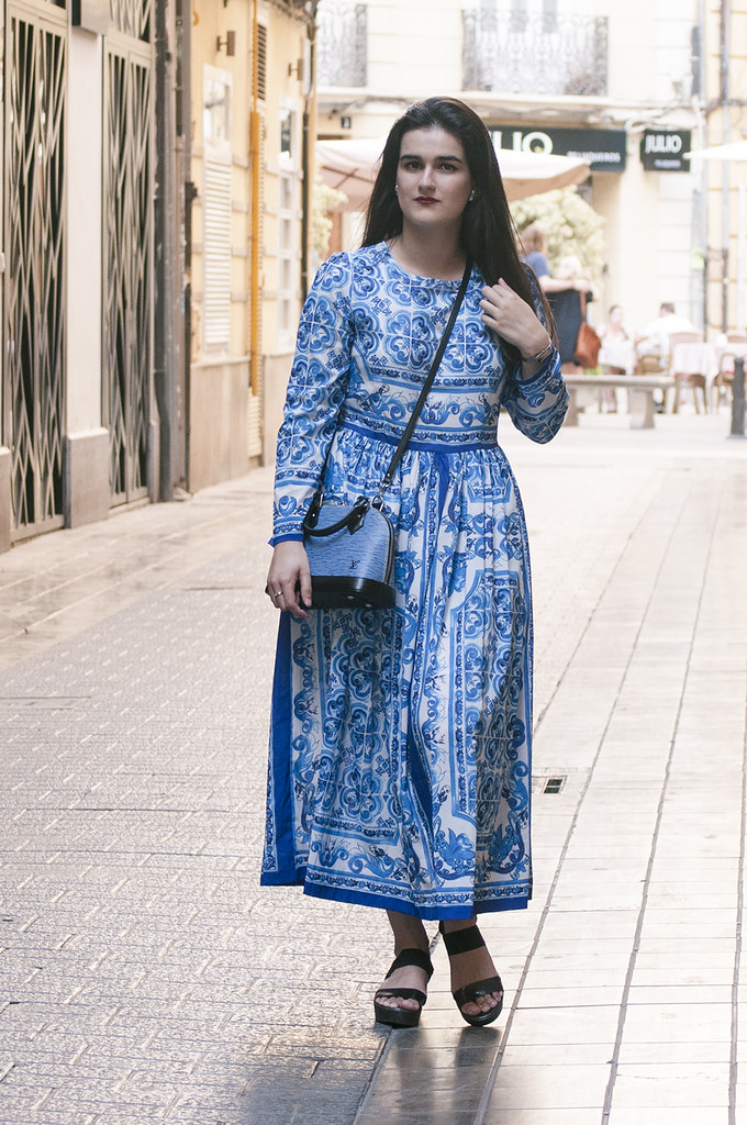 something fashion blogger influencer valencia spain, outfit blue tile maxi dress lightinthebox, LV alma bag denim