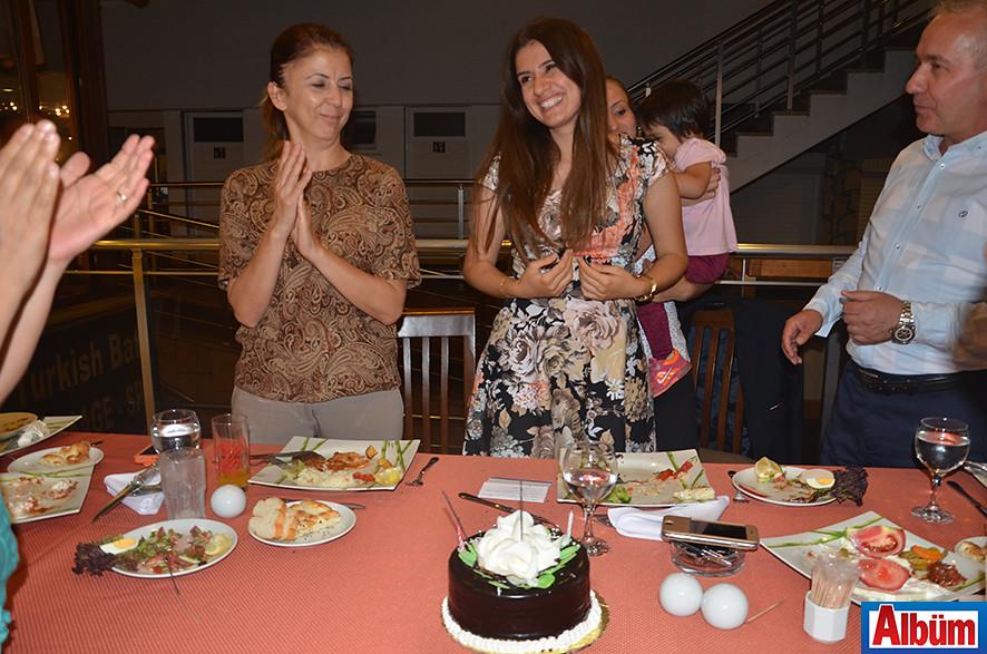 SGK çalışanı Özlem Kıllı, doğum günü pastasını müdürü ve mesai arkadaşları ile birlikte kesti.