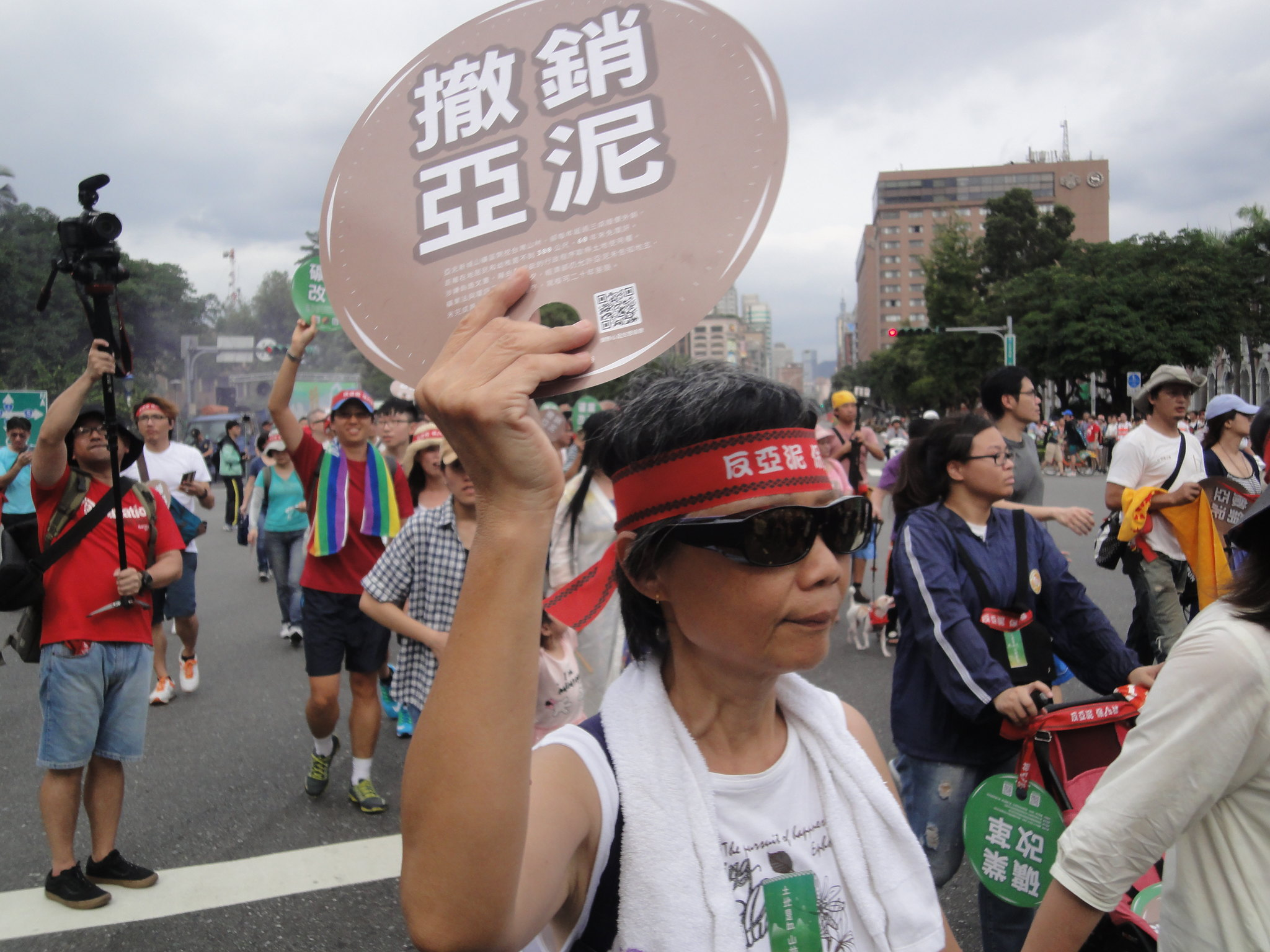 今日有上千名民眾參與反亞泥遊行。(攝影:張智琦)