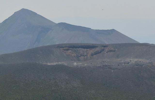新燃岳の噴煙と高千穂峰