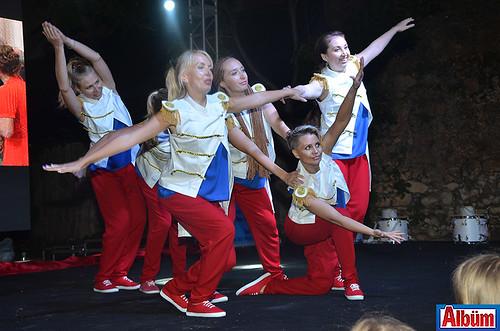 Gece Alanya Rus Eğitim ve Kültür Derneği üyelerinin renkli gösterileri ile devam etti.