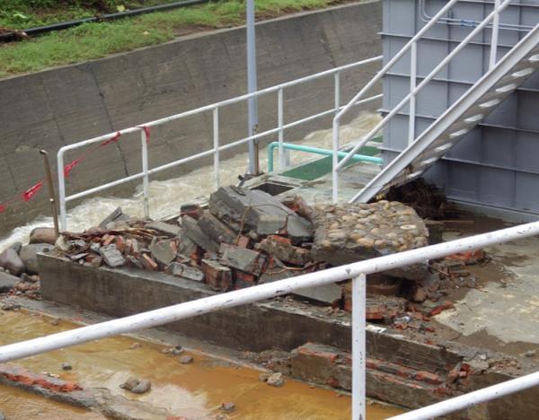地面的水泥和磚塊破碎。攝影:蔡雅瀅