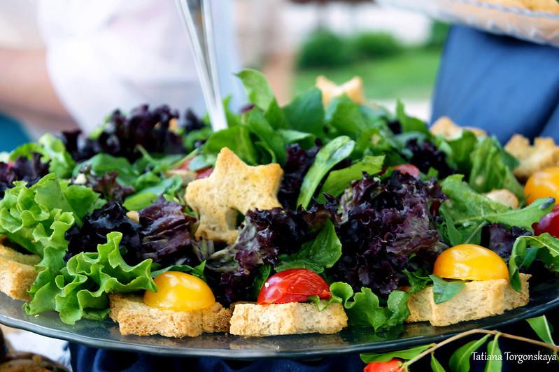 Салат из свежей зелени с гренками