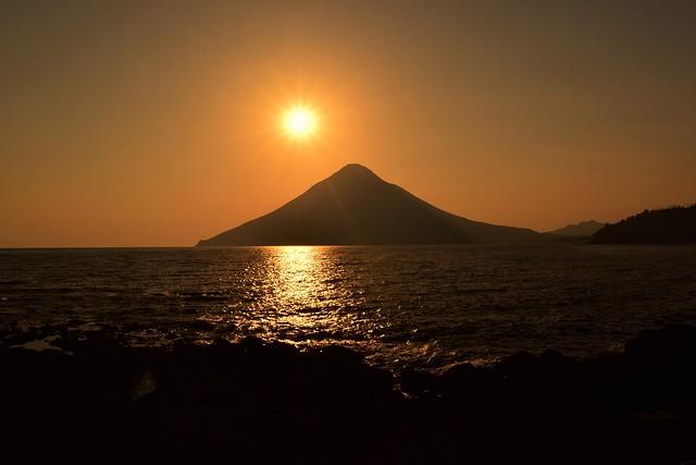 長崎鼻からの夕日と開聞岳