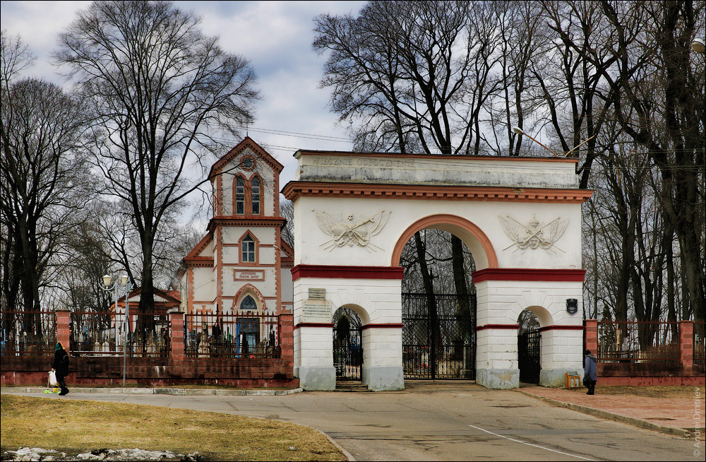Брама Кальварийского кладбища и костел Воздвижения Святого креста