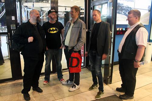 Ola Forssblad, Per Myrhill, Per Löfgren, Jan Hoff & Bror Hellman köar för att bli insläppta på invigningen.
