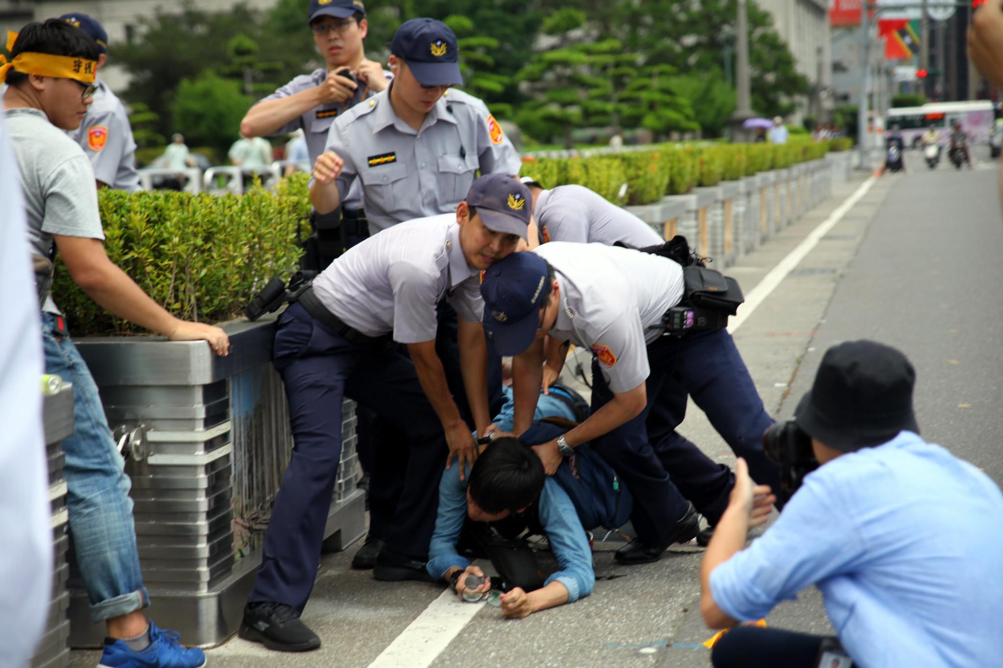 聲援者衝上總統府,遭警方壓制。(攝影:陳逸婷)
