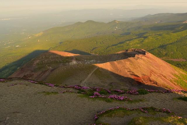 高千穂峰の火口と影高千穂峰
