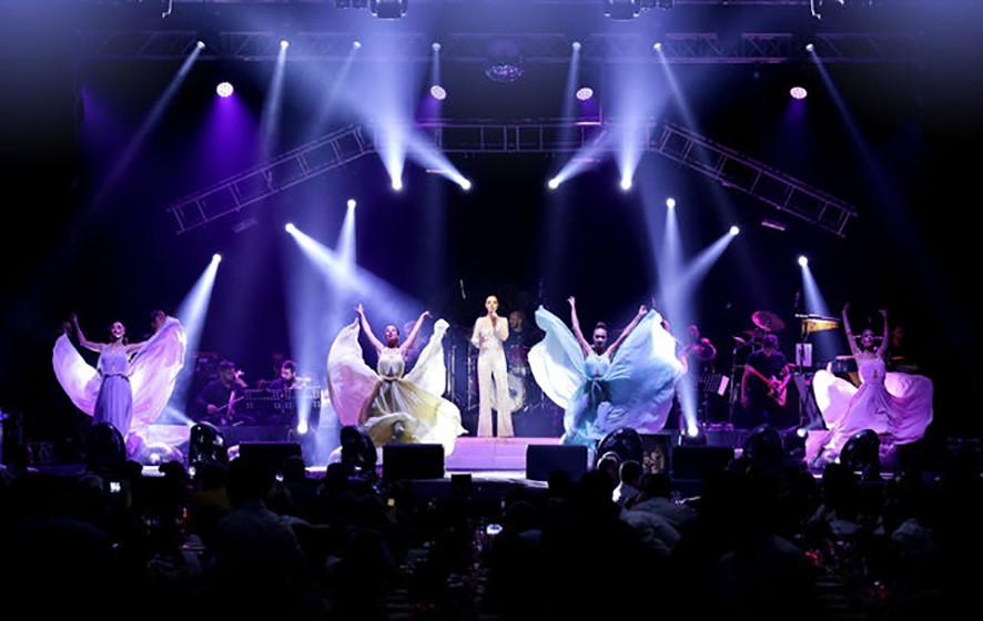Ebru Gündeş bayramın birinci günü Antalya'da sahne aldı