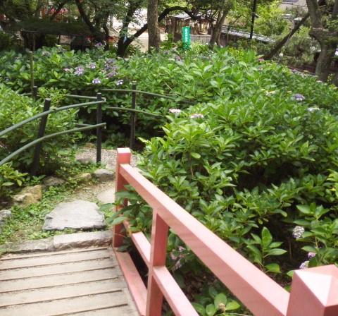 藤森神社の第2あじさい苑の欄干